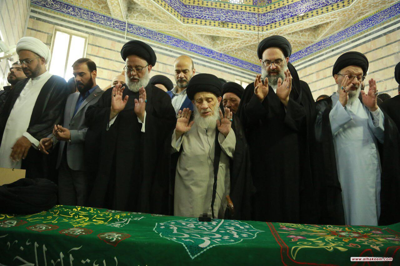 المرجع الكبير السيد الحكيم (مدّ ظله) يقيم صلاة الجنازة على جثمان آية الله السيد محمد رضا الخرسان (قدس سره)
